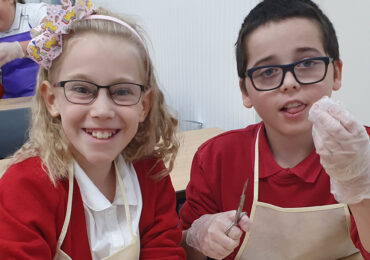 Primary Science Students Dissect an Eyeball! �